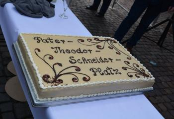 A cake by a local Geinsheim baker commemorates the name of the new plaza.