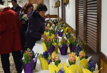 Those attending select a beautiful spring flower to take home.